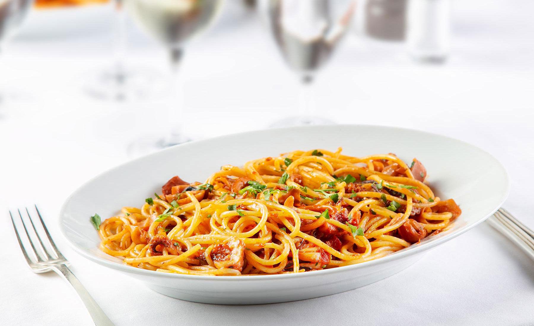 Spaghetti rosa con ciuffi di calamari