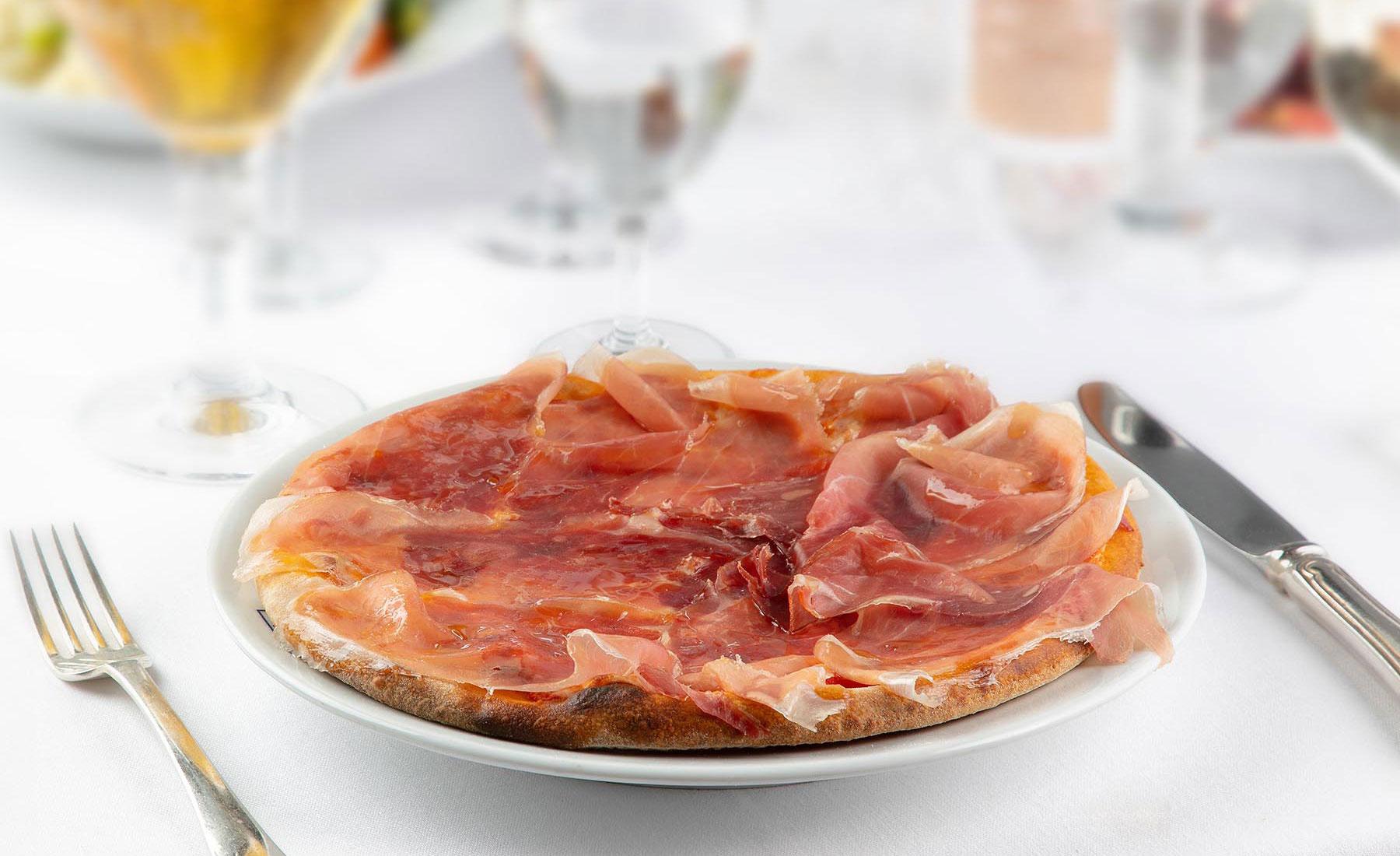 Pizza margherita con prosciutto crudo